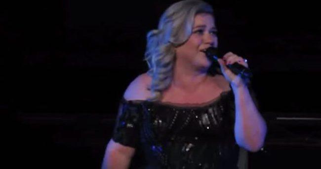 Kelly Clarkson hamile olduğunu sahnede açıkladı