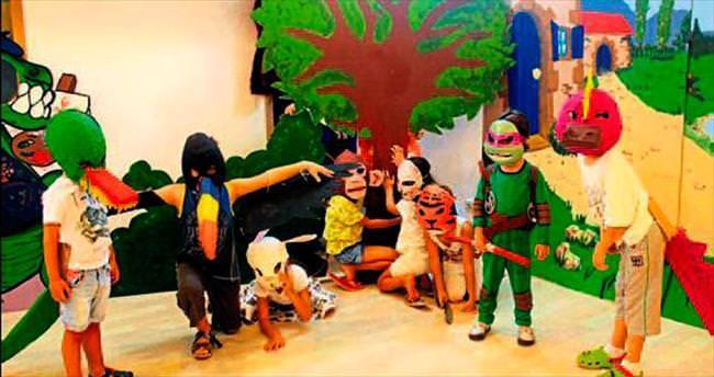 Gençlerden maskeli parti