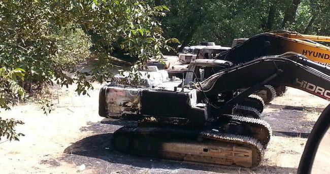 PKK, Şemdinli'de özel bir firmaya ait 5 iş makinesi yaktı