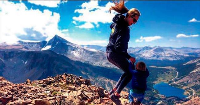Dağlara tırmanan bebek