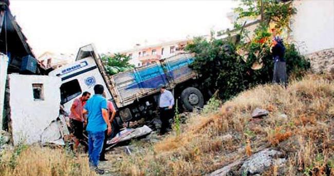 Karpuz kamyonu eve daldı: 5 yaralı