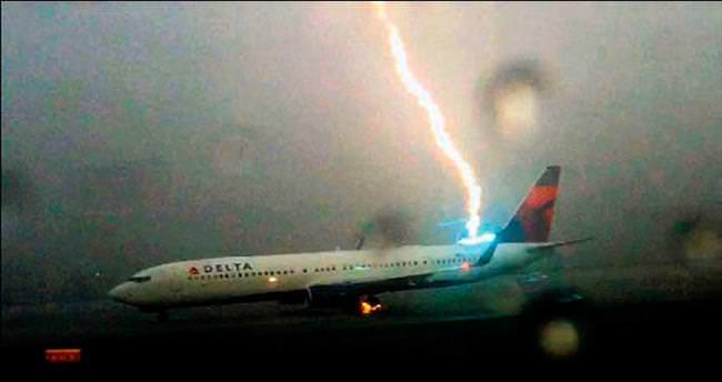 Kalkışa hazırlanan uçağa yıldırım düştü