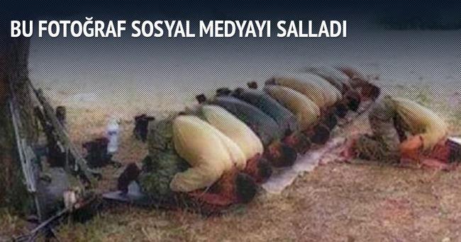 Dağda cemaat halde namaz kılan Türk askerleri