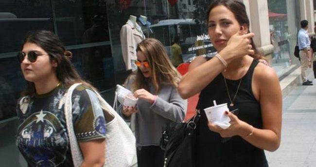 Zehra Çilingiroğlu'nun dondurma keyfi