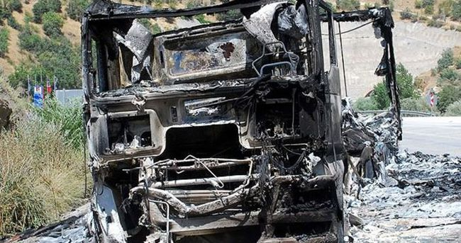 Teröristler karakola ekmek götüren aracı yaktı