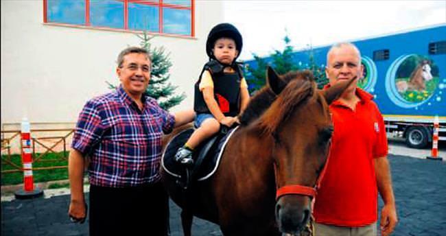 Başkan Çetin minik jokeyleri ata bindirdi