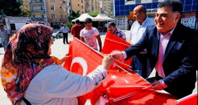 15 bin Türk bayrağı dağıttılar