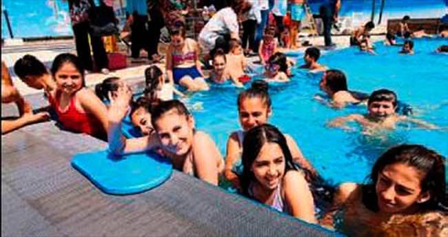 Tatil yapamayan çocuklar havuzda