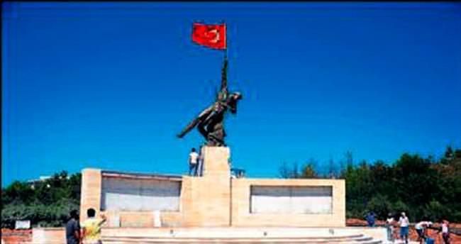 Şehitler anısına 12 metrelik anıt