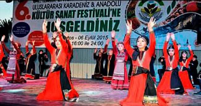 Gürcü folklar ekibi izleyenleri büyüledi