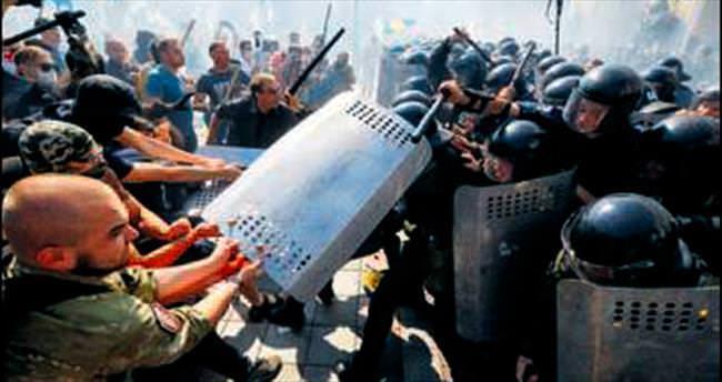 Kiev karıştı: 100 yaralı