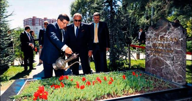 Türkeş'in mezarına sürpriz ziyaret