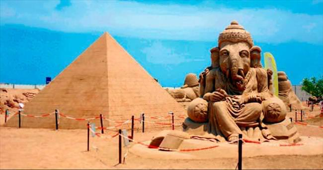 Kum heykellere ziyaretçi akını