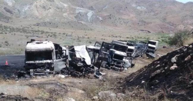 Yol kesen teröristler 11 aracı yaktı!
