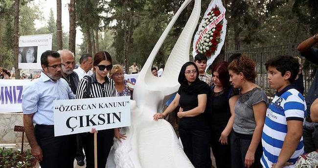 Özgecan Aslan'ın mezarına anıt heykel dikildi