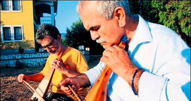 İtalyan müzisyen Yörük enstrümanlarını inceledi