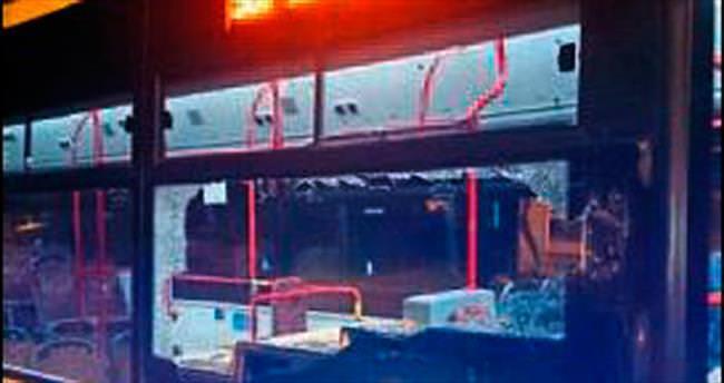 Belediye otobüsüne taşla saldırdılar