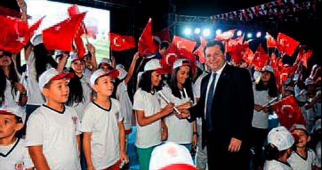 Türk bayrağıyla sahneye çıktılar