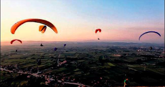 Kırantepe gökleri paraşütle renklendi