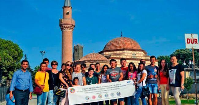 Bulgar gençler İznik'te çini boyadı