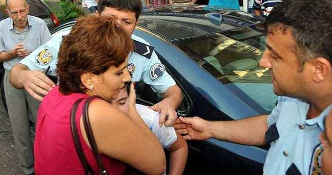 Araçta bırakılan çocuğu polis kurtardı