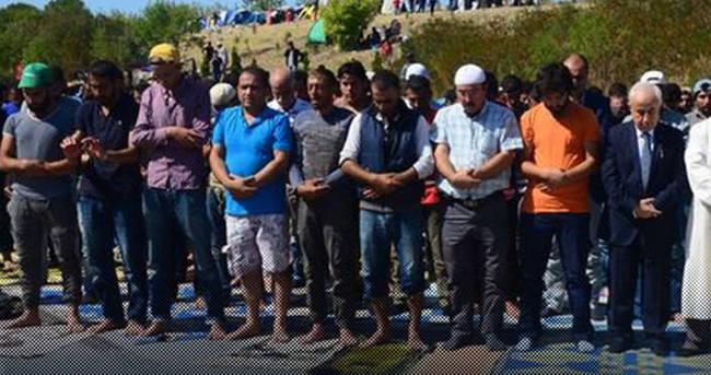 Sığınmacılar TEM'de cuma namazı kıldı