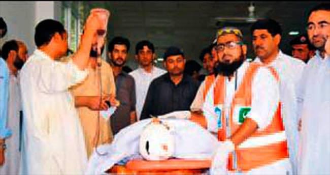 Pakistan'da askere ve camiye saldırı: