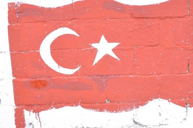 Teröre Tepki Gösteren Vatandaş Evinin Bahçesine Türk Bayrağı Çizdi