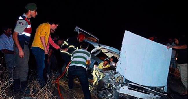 KULA'DA İki otomobil kafa kafaya çarpıştı