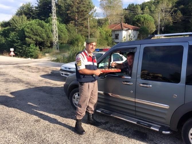 Jandarma Trafikten Sürücülere Bayram Çikolatası