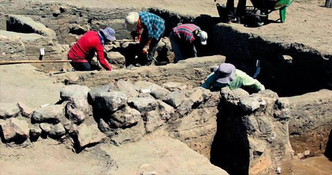 5 bin yıllık binaya çamurlu koruma