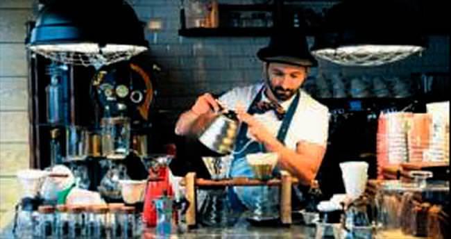 Reklamcı Topçu kahve işine girdi