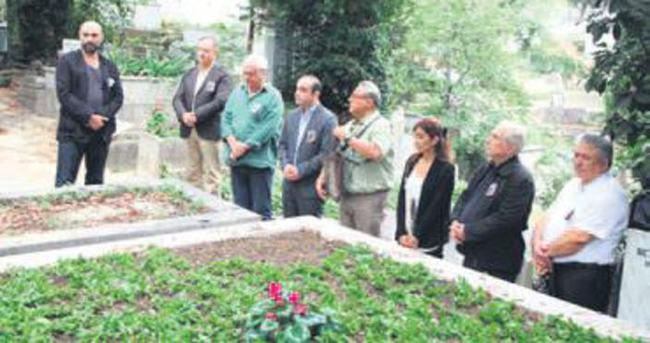 Algan, mezarı başında anıldı