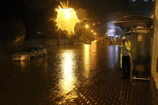 Zonguldak'ta Şiddetli Yağış Sebebiyle Araçlar Suya Gömüldü