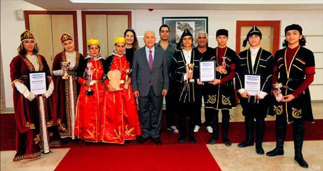 Ödüllü dansçılardan Başkan Yaşar'a ziyaret
