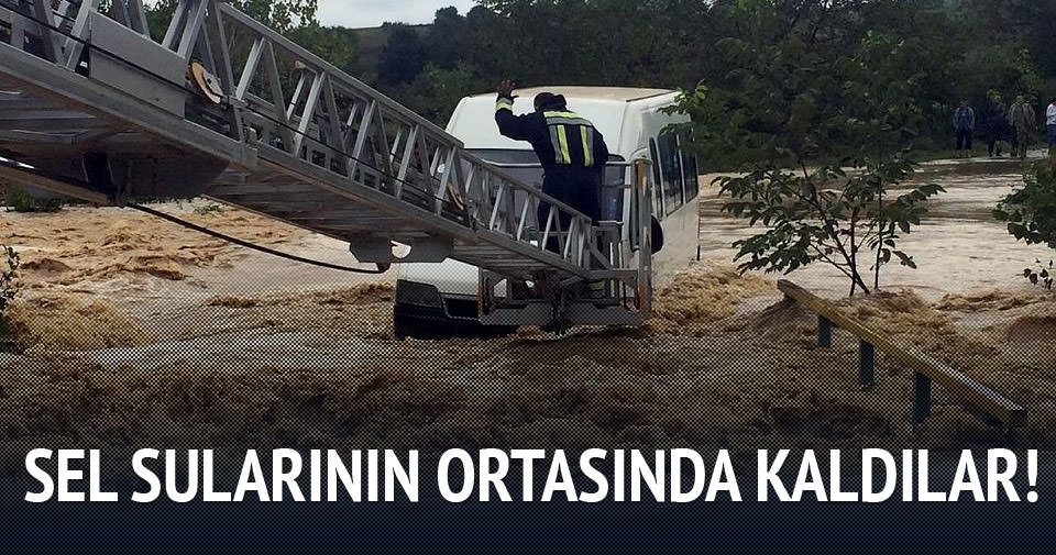 İşçileri taşıyan minibüs sel sularının ortasında kaldı