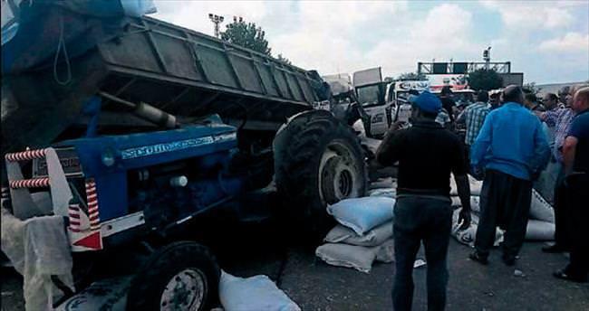 Minibüs traktöre çarptı