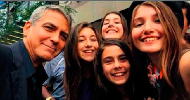 Clooney, Mustang kızlarıyla