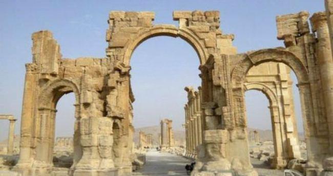 IŞİD Palmyra'daki tarihi kemeri havaya uçurdu