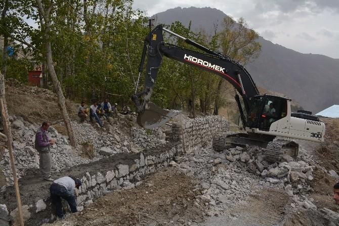 Hakkari Belediyesi Yeni Açtığı Yola İstinat Duvarı Yapıyor
