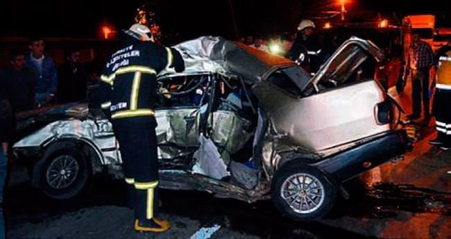 Otomobil, TIR'la çarpıştı: 2 ölü var