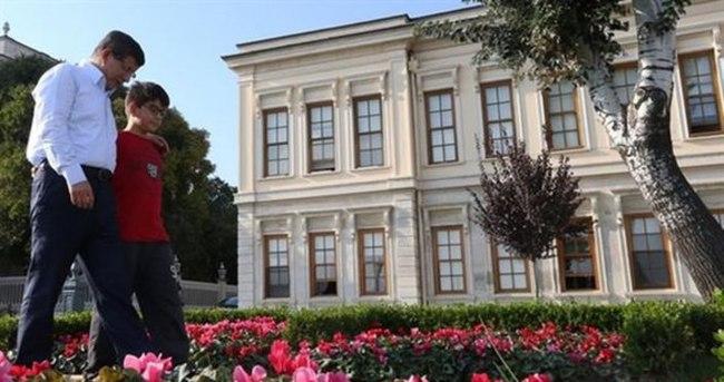 Davutoğlu torunuyla fotoğrafını paylaştı