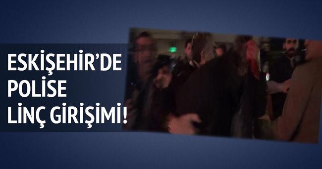 Eskişehir'de protesto yürüyüşünde çekim yapan polise linç girişimi