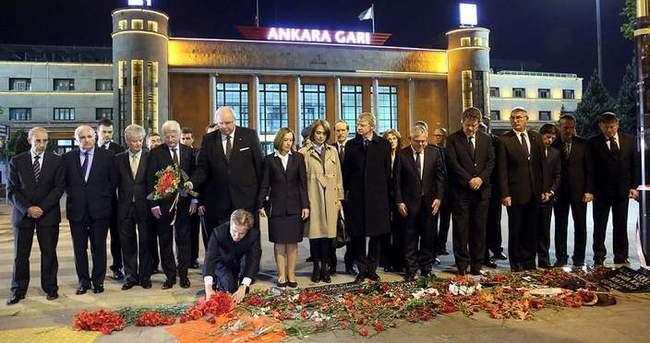AB Büyükelçilerinden patlamada ölenlere 97 karanfil