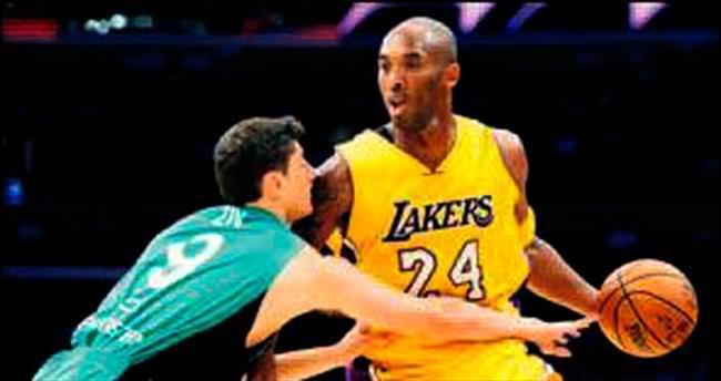 Kobe 19 dakika tam 21 sayı attı