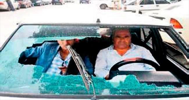 Öndeki araçtan atılan telefon camını patlattı