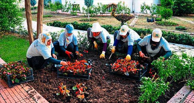 Adana Adliyesi'ni kadınlar süslüyor