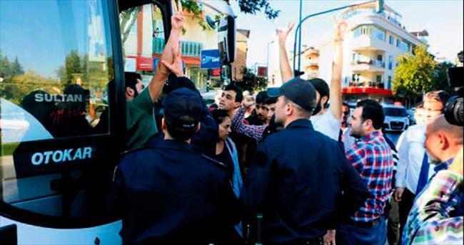 Denizli'de AK Parti standına saldırdılar