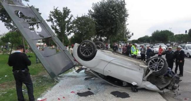 Otomobil otobüs durağına girdi: 3 yaralı