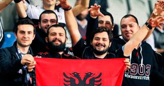 Tosic'e Arnavutluk bayrağı açtılar